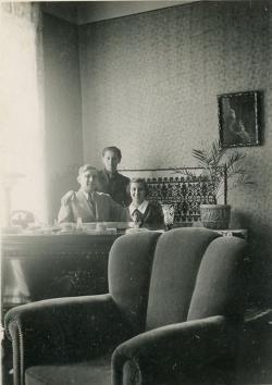 Édesapjával és húgával bicskei otthonukban (1940 vagy 1941 nyara)