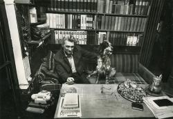 Lakatos István Linda kutyával (Budapest, 1991 decembere) (Fotó: Horváth Péter)