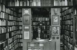 Lakatos István könyvtárszobájában (Budapest, 1991 decembere) (Fotó: Horváth Péter)