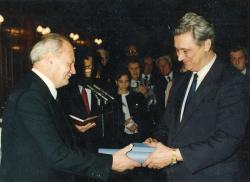 Göncz Árpád átnyújtja az 1956-os emlékérmet (Budapest, 1991. október 23.)