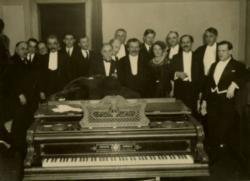 Füst Milán a Nyugat szerzőivel  a Zeneakadémián (1932)