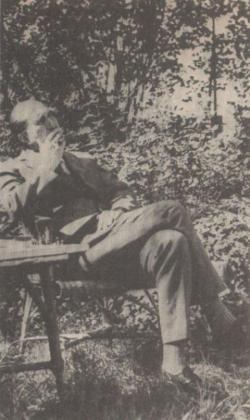 Az író a kertjében üldögél