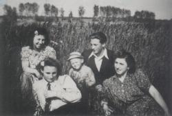 4-5 évesen, bátyjával és nővéreivel
