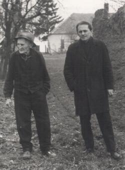 Apjával a szülőház udvarán, 1969 tavaszán