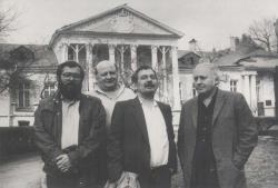 Az Írószövetség rosztovi kastélya előtt, Moszkva, 1988 április (Baka István, Tóth Bálint, Bella István, Ágh István)