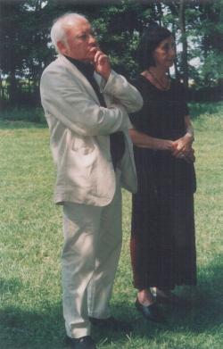 Ágh István és felesége az iszkázi udvaron