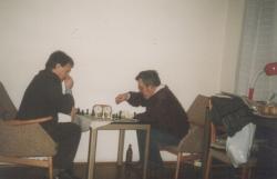 Bella István Módos Péterrel sakkozik