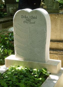 Bella István síremléke a Farkasréti temetőben (2011. május 10.; fotó: Földvári Anna)