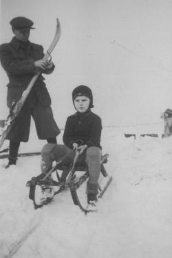 8 éves korában, édesapjával
