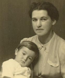 A gyermek Bodor Ádám édesanyjával