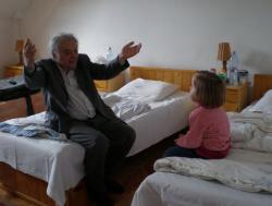Mesemondás, unokájával