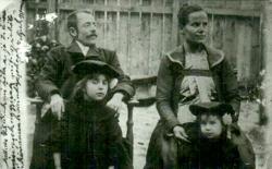 Édesapja, Csorba György MÁV betűíró, édesanyja, Borsódi Mária, háztartásbeli a két legidősebb nővérrel, Ilonkával és Margittal, 1904-ben. Akkor már Pécsett lakott a család.