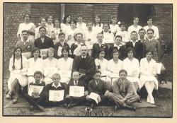 1931-ben, a pécsi Pius-alapítványi Jézus-társasági Római Katolikus Gimnázium református tanulójaként. (Ülő sor, balról az első.)