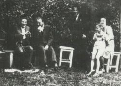 1941. július 8-án Kodolányi János, Várkonyi Nándor, Csorba Győző, Várkonyi Péter és Várkonyi Nándorné Várkonyiék kertjében.