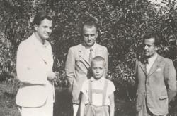 1941. Harcos Ottó, Várkonyi Nándor, Várkonyi Péter és Csorba Győző Várkonyiék kertjében.