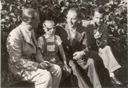 1941. Várkonyi Nándor, Várkonyi Péter, Tűz Tamás és Csorba Győző Várkonyiék kertjében.