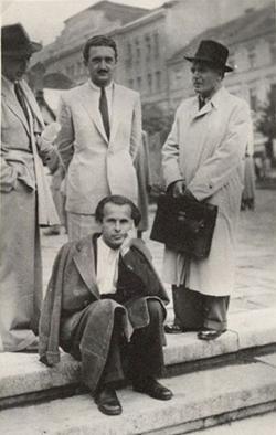 1942. Kopányi György, Martyn Ferenc és Csorba Győző Pécsett a Széchenyi téren. (A kép bal sarkában látható férfit nem sikerült felismerni.)