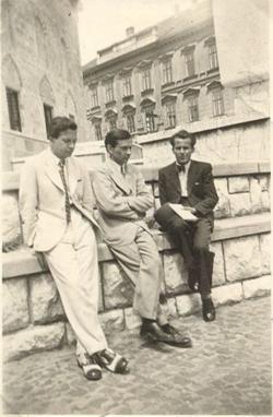 1942. Harcos Ottó, Weöres Sándor és Csorba Győző Pécsett, a Széchenyi téren.