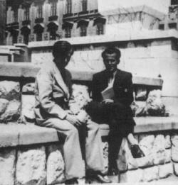 """1942. Weöres Sándor és Csorba Győző Pécsett, a Széchenyi téren (""""Harcos Ottó fényképezte"""".)"""