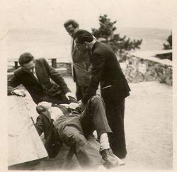 1947. május 3–4. Badacsony, Rodostó-panzió. Írócsoport kirándulása Tatay Sándoréknál. (A padon Hunyady József fekszik, Csorba Győző mellette áll. A két másik férfit nem sikerült felismerni.)