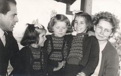 1958. Családi kép, Pécs, Kulich Gyula u. (Zsófia, Noémi, Eszter és Velényi Margit – Margitka –, a költő felesége.)