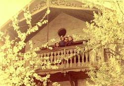 1958. Pécs, Kulich Gyula u., lányaival a költő által versben is megörökített őrtoronyban. (Zsófia, Eszter, Noémi.)