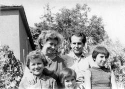 1968. Családjával, szeretett és sokszor megénekelt kertjében. (Noémi, Margitka, Zsófia, Csorba Győző és Eszter.)