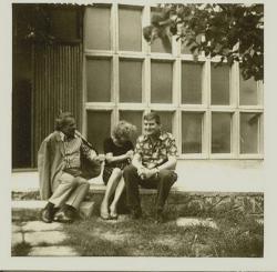 1972. Csorba Győző Bertha Bulcsuval és Margitkával a révfülöpi nyaraló előtt.