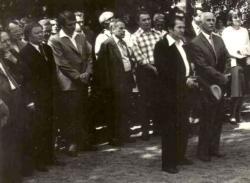 1976. május. 7. Niklán, a 200 éve született Berzsenyi Dániel szobrának avatóünnepségén. Elöl Fodor András és Takáts Gyula áll. A háttérben többek között Szederkényi Ervin (balról az első), Bertók László (kitűrt nyakú fehér ingben), mellette Csorba Győző és Tüskés Tibor látható.
