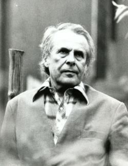 1982 tavasz. Kertjében. (Kálmándy Ferenc felvétele.)
