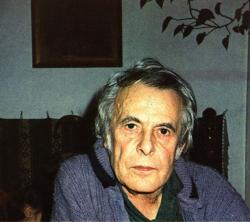 1986. Portré. Háza nappalijában.