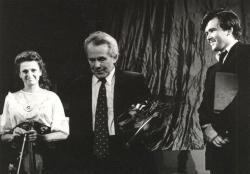 """1988. november 27. Pécsi Nemzeti Színház Kamaraszínházának avatóján, saját – az avatóra írt """"alkalmi"""" – versének felolvasása után, Vass Ágnessel és Csuja Imrével."""