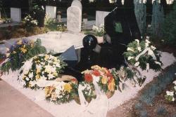 1998. Csorba 1998. június 3-án avatott síremléke a Pécsi Köztemetőben. (Pál Zoltán szobrászművész alkotása.)