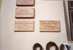 2007. Csorba Győző-emléktábla a költőről elnevezett Megyei Könyvtár falán, az egykori munka- és költőtárs, barát Weöres Sándor emléktáblája mellett. (2007. április 11-én, a Költészet Napján avatták.)