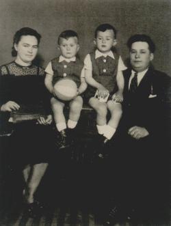 Szüleivel és öccsével