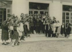 Kodály Zoltán a tarhosi iskola vendége; fent, középen Csukás István