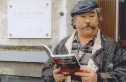 Zelk Zoltán emléktáblájánál