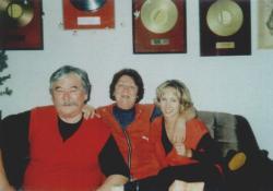 Feleségével és keresztlányával, Pankával