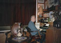 """A volt """"kisdolgozóban"""" az IBM Composer előtt, melyen tucatnyi könyvét szedte nyomdakészre (ez a szedőgép a számítógép őse)"""