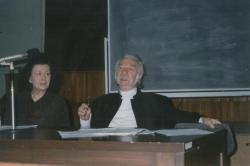 Az ELTE Anglisztika Tanszékén angol nyelvű előadást tart, 1997. október 21.