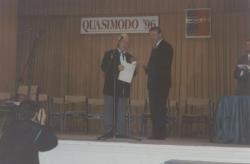 Balatonfüred, 1996 – A Salvatore Quasimodo költői verseny nagydíját adja át a város polgármestere