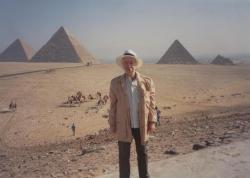 Egyiptomi piramisok, háttérben tevekaraván