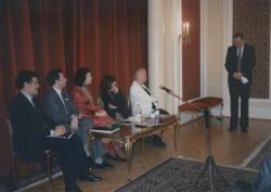 80. születésnap, londoni nagykövetség: (balról jobbra) Sárközi Mátyás, Szirtes György, Határné, Nádasdy Mirtill, Határ Győző, Antalpéter Tibor (áll), 1994