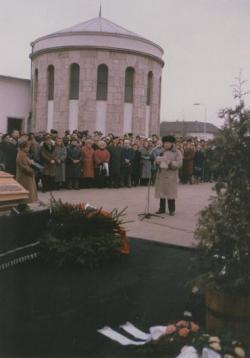 Weöres Sándor temetésén beszédet mond a ravatalnál, 1989