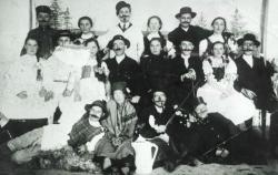 Színielőadás Biatorbágyon; a felső sorban balról a harmadik a költő édesapja