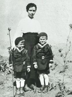 Juhász Ferenc édesanyjával és testvérével