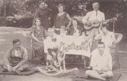 A piknikező család Eger környékén, az 1920-as évek elején (a költő és édesanyja a fotó jobb szélén)