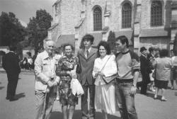 András fia ballagása. Kányádi Sándor, Róza húga, András fia, felesége, Sándor fia a Kolozsváron a Farkas utcai református templom előtt, 1989