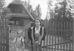 Unokái, Anna és Bori Hargitafürdőn, 2001