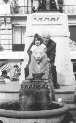 Anna unokájával a budapesti Vörösmarty téren, 1996 Könyvhét